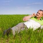homem bonito em um campo de trigo — Foto Stock