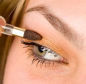 žena použití make-up — Stock fotografie