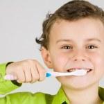 Child brushing teeth — Stock Photo
