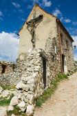 ルーマニアの城で大きな木製の十字架 — ストック写真