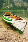 Barca su una spiaggia — Foto Stock