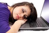 Jeune femme dormant sur ordinateur portable — Photo