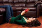 Signora giovane, leggendo un libro d'epoca — Foto Stock