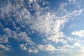 Nějaké mraky nad modrá obloha — Stock fotografie