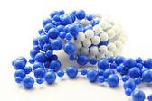 Niebieskie koraliki na białym tle — Zdjęcie stockowe