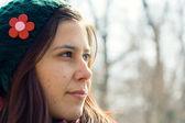 Genç kadın uzağa arıyorsunuz — Stok fotoğraf
