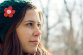 Ung kvinna tittar bort — Stockfoto