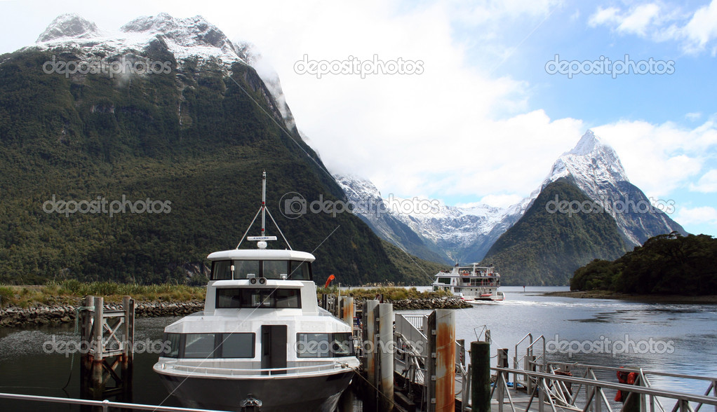 Milford Sound in New Zealand with boats in foreground — Stock Photo #2411028