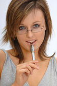 Smiling Model holding pen — Stockfoto