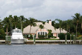 House and boat — Stock Photo