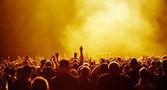 žlutá koncert dav — Stock fotografie