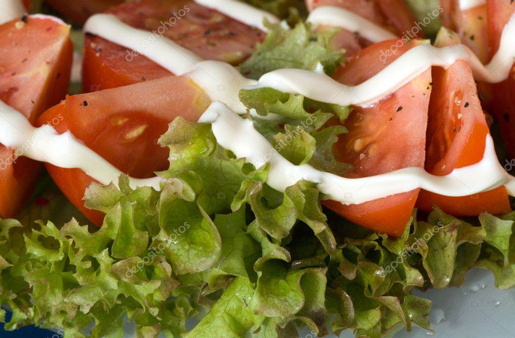 Fresh and tasty salad from tomatoes with sheets of the salad and sauce — Stock Photo #2430769