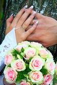 Pierścienie ręce i bukiet — Zdjęcie stockowe