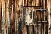 Oude schuur met gesloten venster — Stockfoto