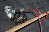 Cloueuse pneumatique de toiture — Photo