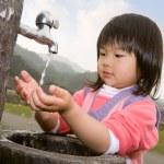 Baby-Waschanlagen hand — Stockfoto