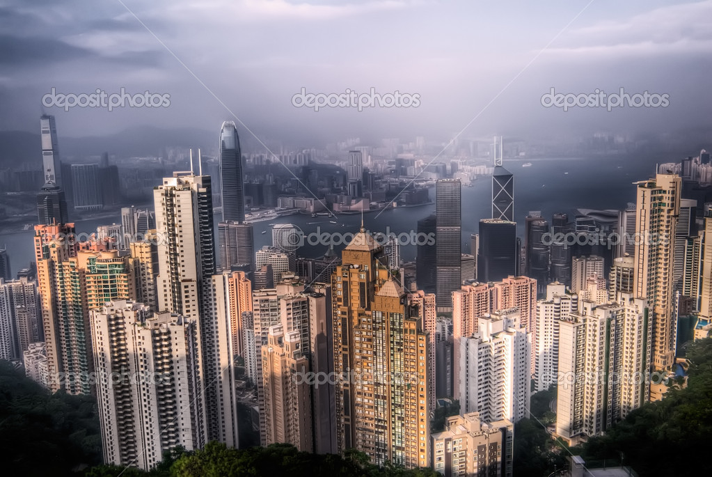 Dramatic cityscape with skyscraper and blue sky in Hong Kong. — Stock Photo #2020130