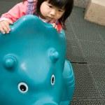 juego del bebé en el parque — Foto de Stock