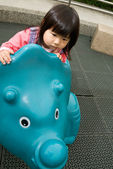 Bambino gioca nel parco — Foto Stock