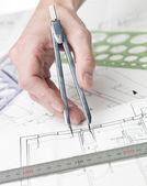 Arquiteto, trabalhando em um bluprint — Fotografia Stock