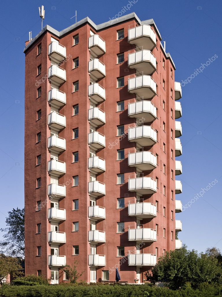 A light red apartment complex against a blue sky — Stock Photo #2066323
