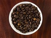 Granos de café en una taza — Foto de Stock