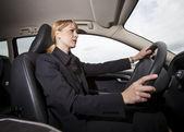 Kobieta w samochodzie — Zdjęcie stockowe