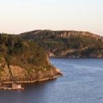 Rocky sea coast in sunset — Stock Photo