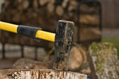 Axe splitting wood — Stock Photo
