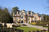 Stiuk duży dom na wzgórzu — Zdjęcie stockowe