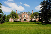 Red Brick Mansion on Green Grassy Hill — Stock Photo