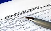 Invullen van het vorderingsformulier ziektekostenverzekering — Stockfoto