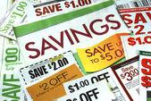 Cortar unos cupones para ahorrar dinero — Foto de Stock