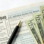 用手报税收入税 — 图库照片