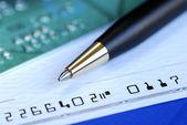 Skriv en check för att betala räkningen — Stockfoto