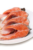 Bit červené ryby s citronem na desce — Stock fotografie