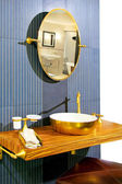 Salle de bains en laiton — Photo