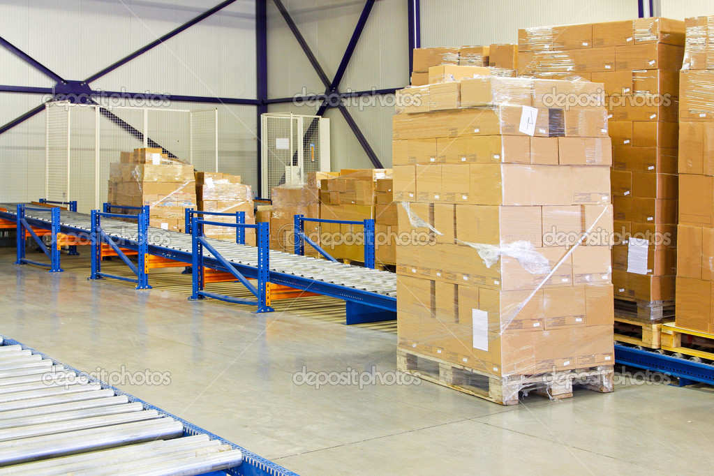 Conveyer ramp for box transport in warehouse — Stock Photo #2203334