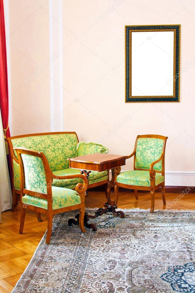 旧的客厅与中世纪风格的家具