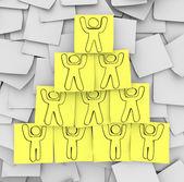 Pirámide de cooperación dibujado en notas adhesivas — Foto de Stock