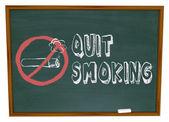 Stoppen met roken - sigaret op schoolbord — Stockfoto