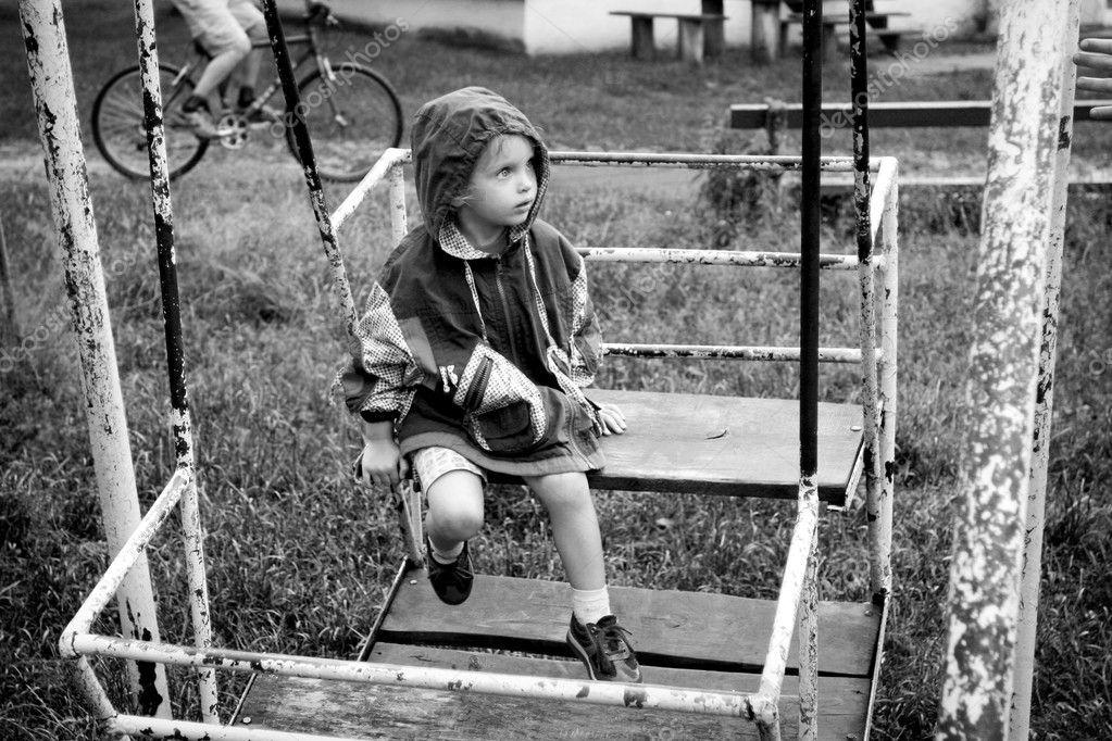 petite fille assise sur une balanoire de vieux rouille image de hallgerd