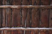 Bois superficiel par les agents de l'ancienne grange en hiver — Photo