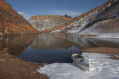Canoe and Colorado mountain lake — Stock Photo