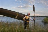 皮划艇运动员携带的赛车皮划艇 — 图库照片
