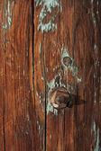 风化的旧谷仓邮政木材 — 图库照片