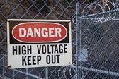 Tehlike, yüksek gerilim, devam et, oturumu kapat — Stok fotoğraf