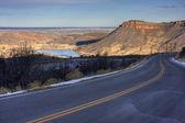 Carretera de montaña en faldas — Foto de Stock