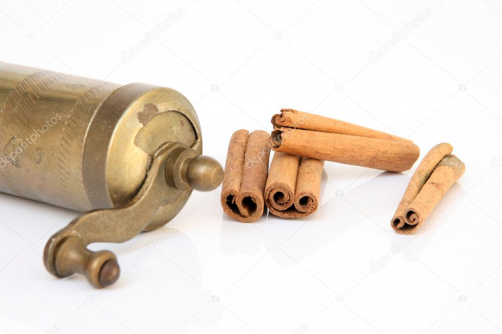 Antigue kitchen hand mill with cinnamon detail isolated — Stock Photo #2327019