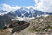 Old disturbed house in Caucasus mountain — Stock Photo